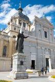 Statua di Papa Giovanni Paolo II il più vicino Santa Maria la Real de La Almudena Immagini Stock