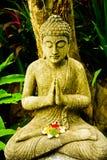 Statua di pietra di Buddha che si siede che prega e che medita per lo spirito di anima della mente corpo immagine stock libera da diritti