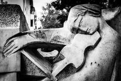 Statua di pietra che gioca violino in bianco e nero Fotografia Stock Libera da Diritti