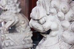 Statua di pietra del leone cinese nella città della Cina Immagine Stock Libera da Diritti