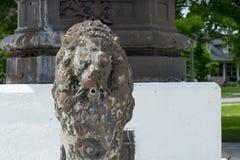 Statua di pietra del leone in fontana fotografie stock libere da diritti