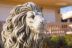 Statua di pietra del leone Scultura di marmo di un leone sul piedistallo immagine stock libera da diritti