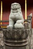 Statua di pietra del leone sul modo della scala al castello Immagine Stock