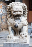 Statua di pietra del leone vicino al tempio Fotografia Stock Libera da Diritti