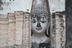 Statua di pietra meravigliosa antica della testa di Buddha che circonda dalla grande parete di pietra del triangolo a Wat Sri Chu Immagini Stock