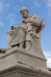 Statua di Platone davanti all'accademia di Atene, Grecia fotografie stock