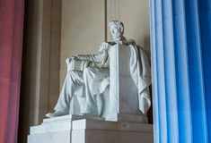 Statua di presidente Lincoln con le colonne accese Immagine Stock Libera da Diritti