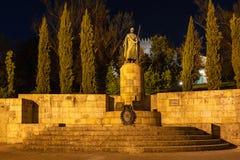 Statua di primo re del Portogallo alla notte fotografie stock