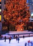 Statua di PROMETHEUS e della pista di pattinaggio sul ghiaccio, New York Fotografie Stock