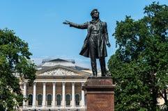 Statua di Pushkin davanti al museo russo St Petersburg, Russia fotografie stock libere da diritti
