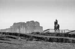 Statua di Rao Jodha e fortificazione di Mehrangarh a Jodhpur (in bianco e nero) Immagine Stock Libera da Diritti