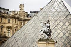 Statua di re Luigi XIV al millefoglie di Cour l'entrata al Musee fotografie stock