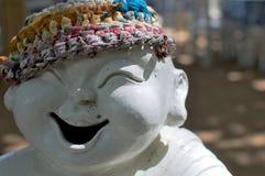 Statua di risata della porcellana alla spiaggia immagine stock libera da diritti