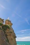 Statua di Rocher de la vierge di vergine Maria sopra l'alta scogliera sulla linea costiera atlantica in cielo blu a Biarritz, pae Fotografia Stock