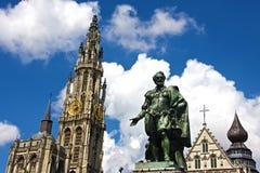 Statua di Rubens e la cattedrale di Anversa immagini stock libere da diritti
