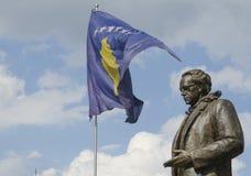 Statua di Rugova con la bandiera del Kosovo in Pristina Fotografia Stock