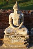 Statua di seduta di Buddha con colore di pietra grigio Fotografia Stock