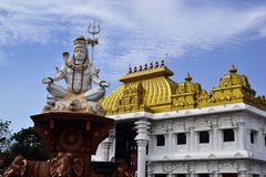 Statua di Shiva vicino al tempio indù Fotografia Stock Libera da Diritti