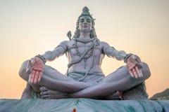 Statua di Siva sui ghats in Rishikesh, India immagine stock