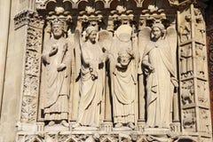 Statua di St Denis che giudica il suo capo, cattedrale di Notre Dame Immagine Stock