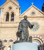Statua di St Francis di Assisi davanti alla basilica Santa Fe della cattedrale Immagini Stock