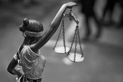 Statua di Themis con le scale dell'equilibrio fotografia stock libera da diritti