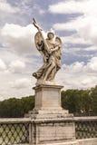 Statua di un angelo che sta sul ponte che conduce al ` Angelo, Roma di Sant del castello Immagine Stock