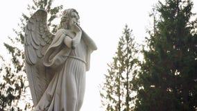 Statua di un angelo pensieroso archivi video