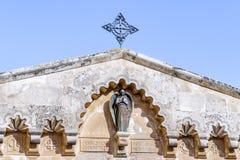 Statua di un angelo sul tetto di una costruzione nel cortile della chiesa della condanna e dell'imposizione dell'incrocio vicino  immagine stock