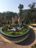Statua di un cadavere che è mangiato dagli uccelli al fuori del tempio di Wat Preah Prom Rath in Siem Reap, Cambogia fotografie stock libere da diritti