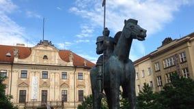 Statua di un cavallo con un cavaliere a Brno in repubblica Ceca video d archivio
