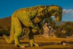Statua di un dinosauro verde gigante Modelli animali preistorici, sculture nella valle del parco nazionale in Baconao, Cuba Fotografia Stock Libera da Diritti