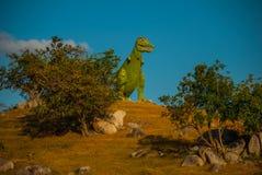 Statua di un dinosauro verde gigante Modelli animali preistorici, sculture nella valle del parco nazionale in Baconao, Cuba Fotografia Stock
