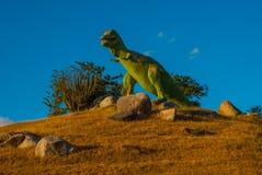 Statua di un dinosauro verde gigante Modelli animali preistorici, sculture nella valle del parco nazionale in Baconao, Cuba Immagini Stock Libere da Diritti