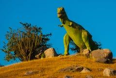 Statua di un dinosauro verde gigante Modelli animali preistorici, sculture nella valle del parco nazionale in Baconao, Cuba Fotografie Stock
