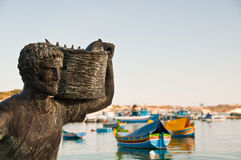 Statua di un pescatore a Malta Fotografia Stock Libera da Diritti