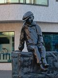Statua di un ragazzino nel porto fotografie stock