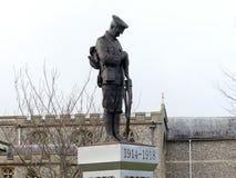 Statua di un soldato solo su un plinto nei giardini commemorativi in vecchio Amersham, Buckinghamshire, Regno Unito immagini stock libere da diritti