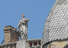 Statua di una donna, della dea con una corona e delle orecchie di grano immagini stock