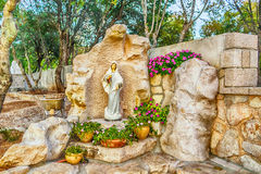 Statua di vergine Maria benedetto con il bambino Gesù immagine stock