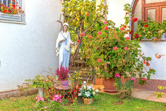Statua di vergine Maria benedetto in giardino Fotografia Stock Libera da Diritti
