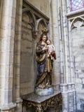 Statua di vergine Maria con il bambino a St Michael e la cattedrale della st Gudula a Bruxelles, Belgio immagini stock libere da diritti