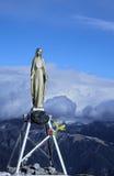 Statua di vergine Maria sulla cima della montagna Immagini Stock Libere da Diritti
