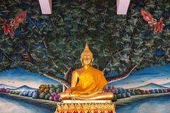 Statua diritta dorata del Buddha Immagine Stock
