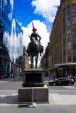 Statua diuk jedzie konia Wellington, jest ubranym ruchu drogowego rożek na jego głowie Przed galerią sztuka współczesna, Glasgow, Obraz Stock
