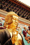 Statua dorata asiatica di Gautama Buddha, statua buddista in tempio cinese di buddismo immagini stock
