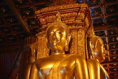 Statua dorata del Buddha all'interno di un tempiale immagini stock