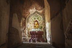 Statua dorata del Buddha in un tempiale Immagine Stock