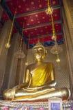 Statua dorata del Buddha in un tempiale buddista Fotografia Stock Libera da Diritti