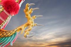Statua dorata del drago, percorso di ritaglio Fotografia Stock